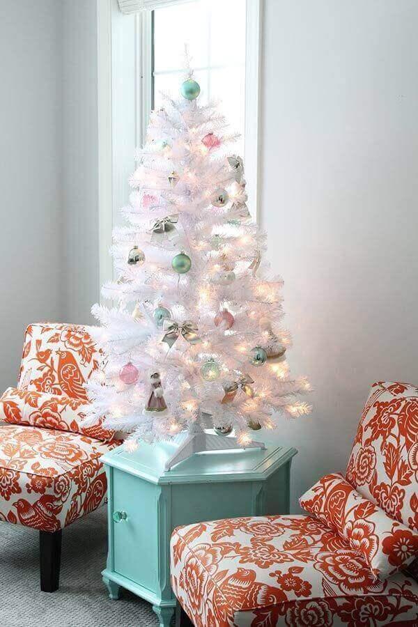 Pinheiro de natal branco na mesinha lateral da sala