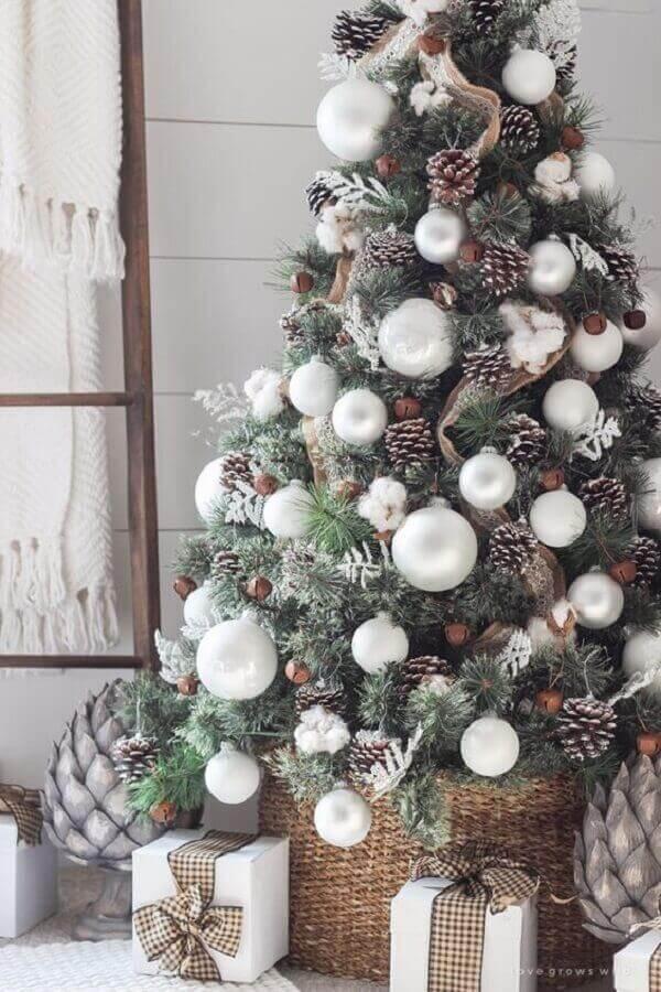 Pinheiro de natal com bolas decorativas e fitas