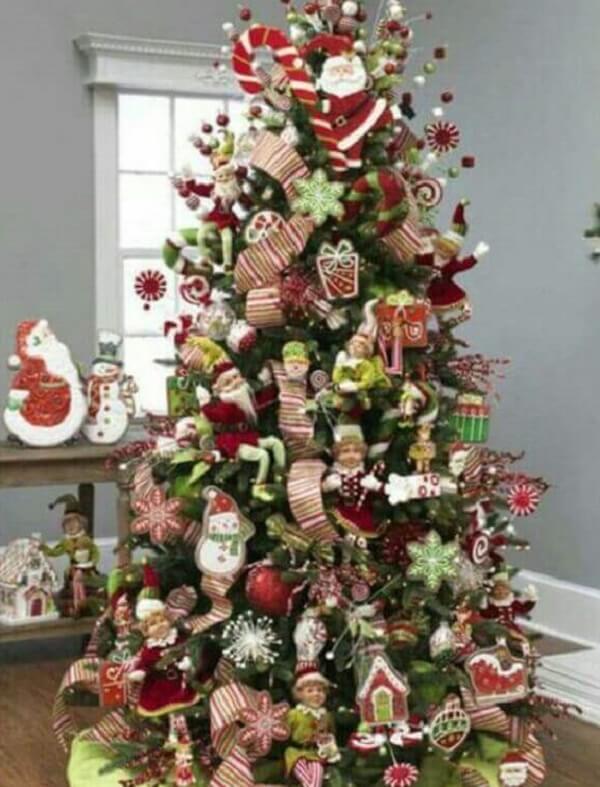 Pinheiro de natal com enfeite de papai noel e presentinhos