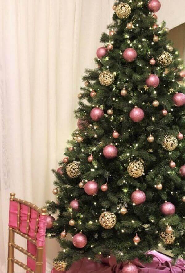 Pinheiro de natal com enfeites e bolas na cor rosa
