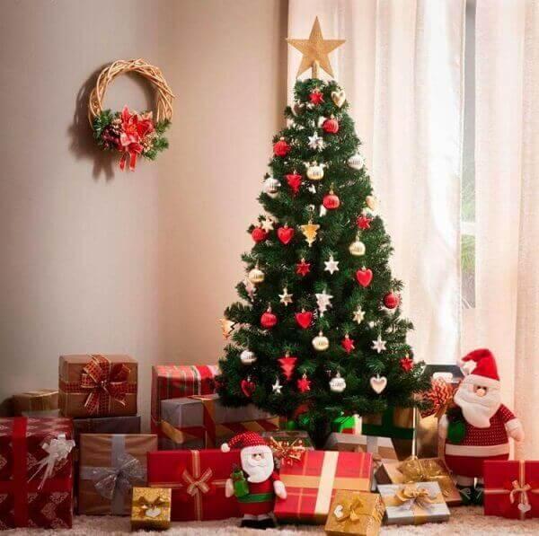 Pinheiro de natal decora sala