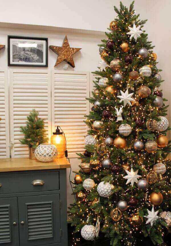 Pinheiro de natal decorado com enfeites de estrelas