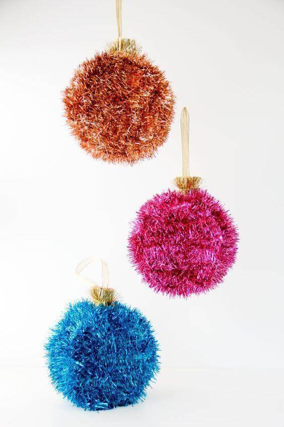 Pompons fofos e coloridos de artesanato de natal