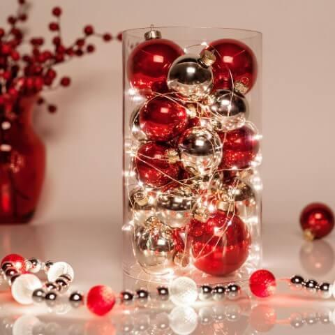 Pote transparente com bolas de natal e pisca pisca em mesa de ceia de natal Foto de Pinterest