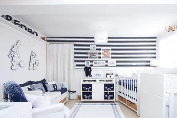 Quarto de bebê masculino azul listrado