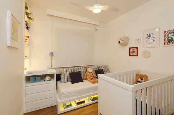 Quarto de bebê masculino branco com sofá