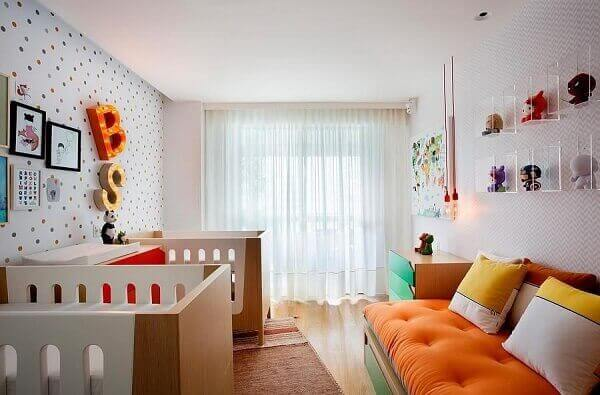 Quarto de bebê masculino colorido com papel de parede