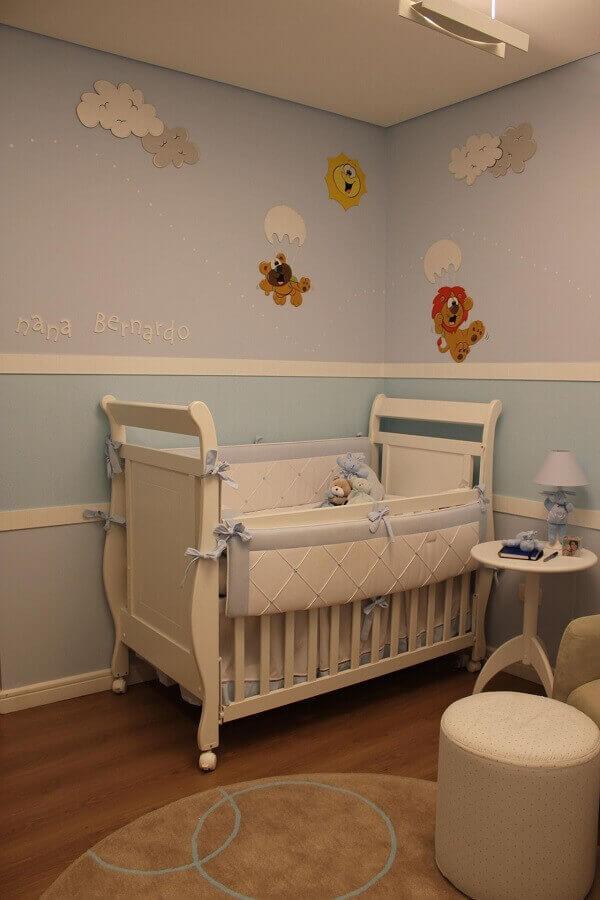 Quarto de bebê masculino com berço branco