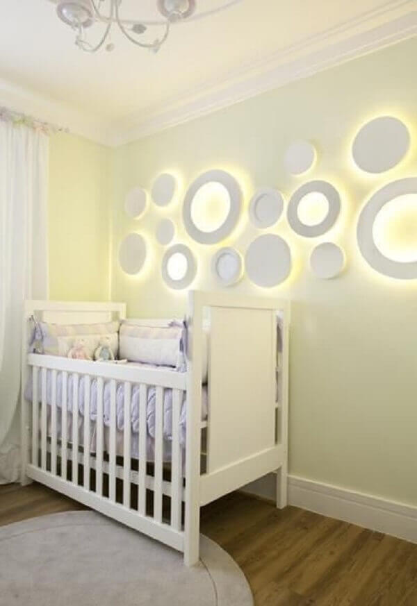 Quarto de bebê masculino com enfeites na parede