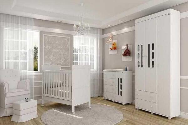 Quarto de bebê masculino com móveis brancos