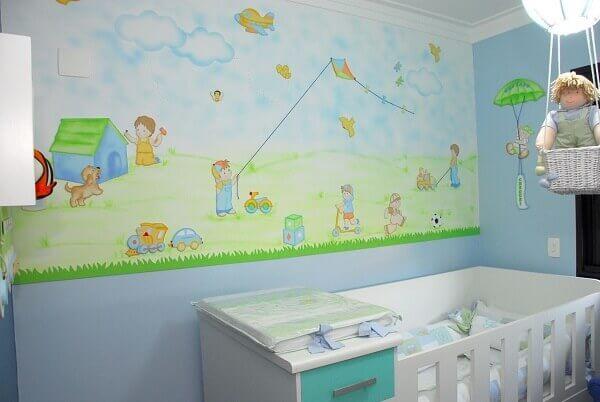 Quarto de bebê masculino com papel de parede com tema menino