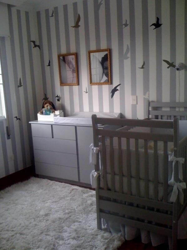 Quarto de bebê masculino com papel de parede listrado