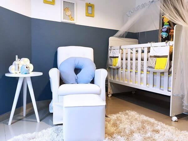 Quarto de bebê masculino com parede branca e azul marinho