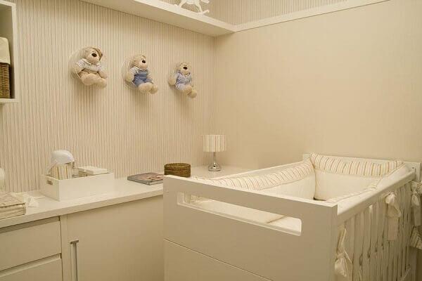 Quarto de bebê masculino com prateleira branca