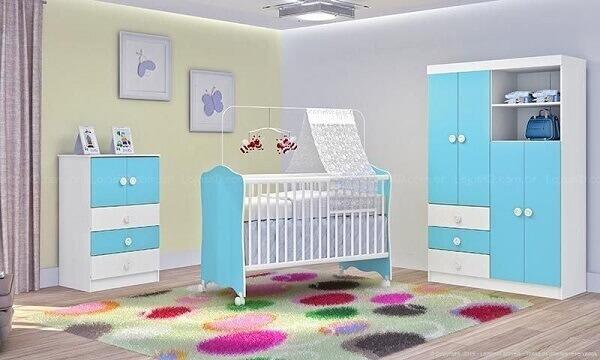 Quarto de bebê masculino com tapete de bolas coloridas