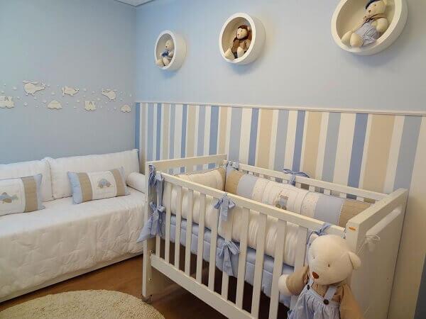Quarto de bebê masculino com três nichos brancos