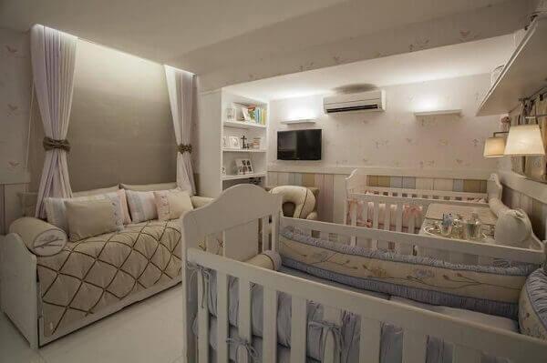 Quarto de bebê masculino grande com papel de parede e poltrona