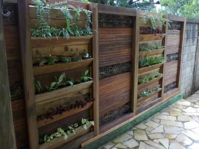 Quintal com jardim vertical em estruturas de madeira Projeto de Atelier de Paisagem