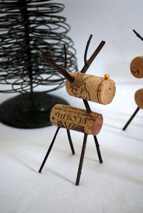 Rolhas de vinho e galhos finos fazem parte desse lindo artesanato de natal