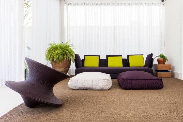 Sala de estar com decoração neon com almofadas verde limão Projeto de Olegário de Sá