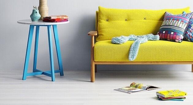 Sala de estar com decoração neon com móveis coloridos Foto de The Wow Decor