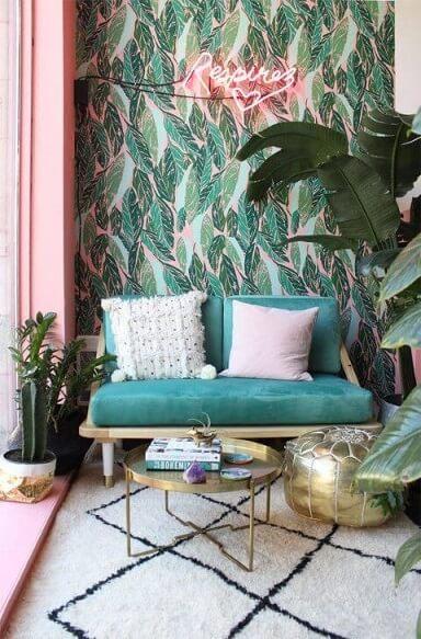 Sala de estar com decoração neon e papel de parede com folhas