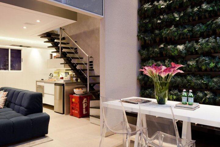 Sala de estar com jardim vertical de folhas pequenas Projeto de Basiches