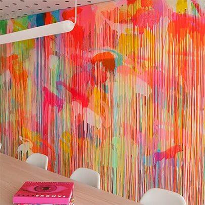 Sala de jantar com decoração neon com parede colorida Foto de Home Dzine