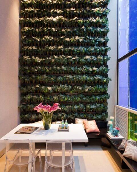 Sala de jantar com jardim vertical alto Projeto de Basiches