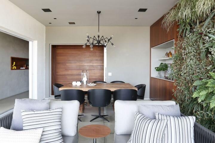 Sala de jantar integrada com parede de madeira e jardim vertical Projeto de Box 14
