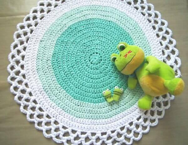 Tapete de crochê redondo branco verde água