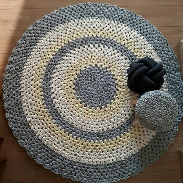 Tapete de crochê redondo cinza e amarelo