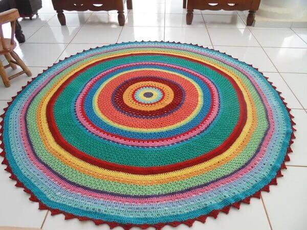 Tapete de crochê redondo com diversas cores