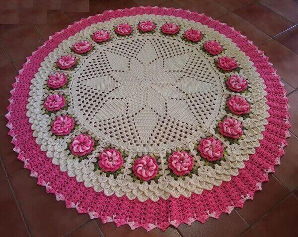 Tapete de crochê redondo com pequenas flores