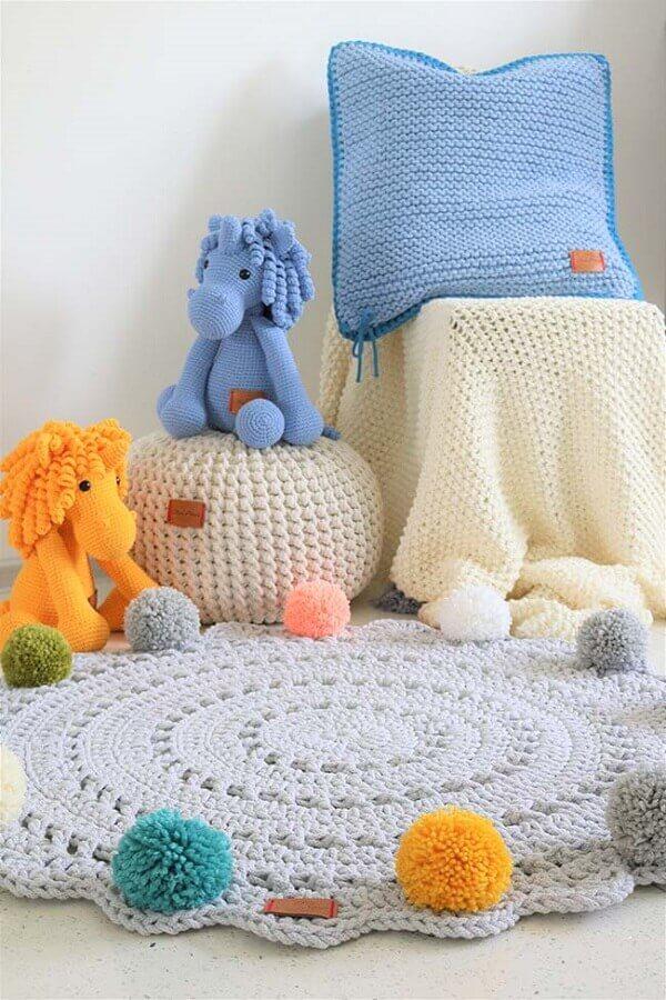 Tapete de crochê redondo com pompom para quarto de bebê