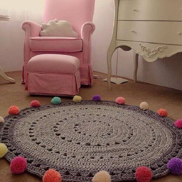 Tapete de crochê redondo com pompons