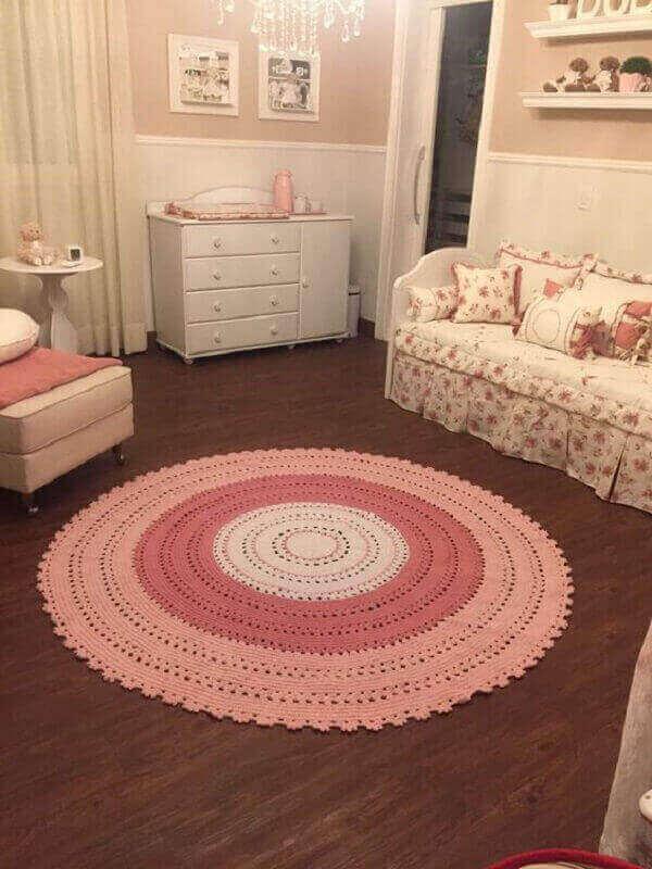 Tapete de crochê redondo de cor rosa