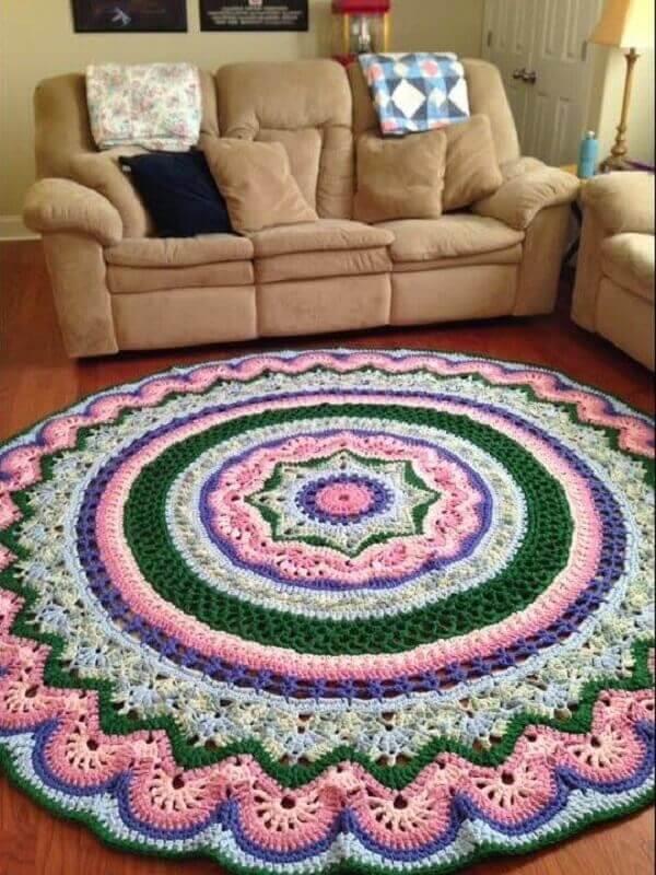 Tapete de crochê redondo decora com estilo a sala