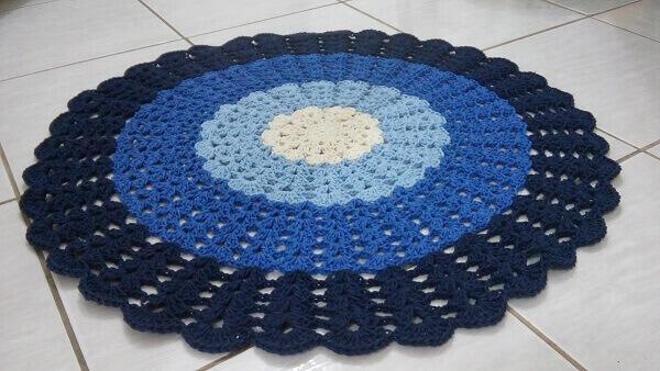 Tapete de crochê redondo em diferentes tons de azul