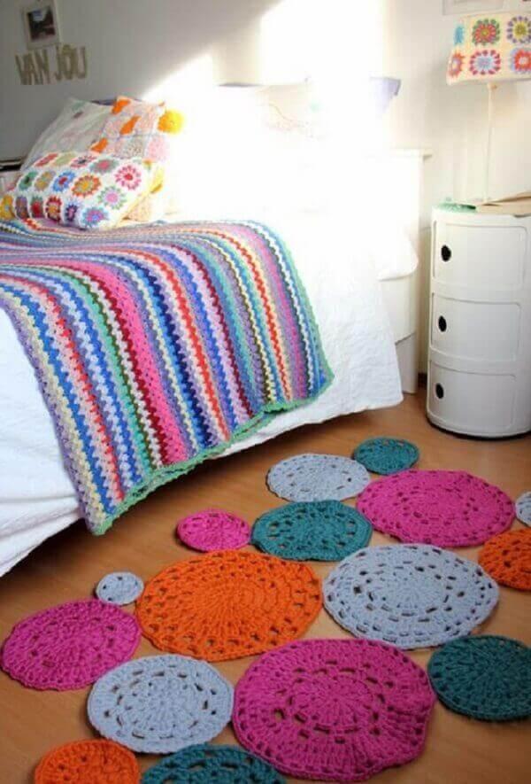 Tapete de crochê redondo em diversas cores para quarto de solteiro