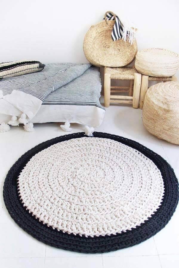 Tapete de crochê redondo em preto e branco