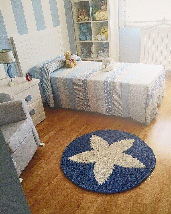 Tapete de crochê redondo em quarto de criança