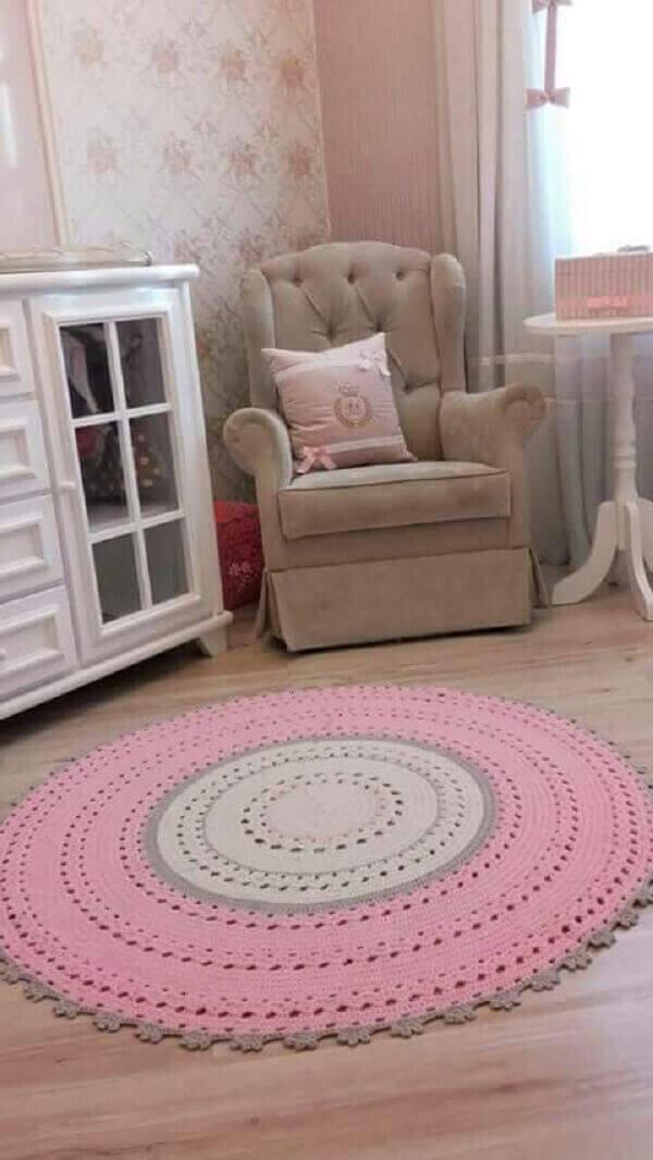 Tapete de crochê redondo em quarto de menina