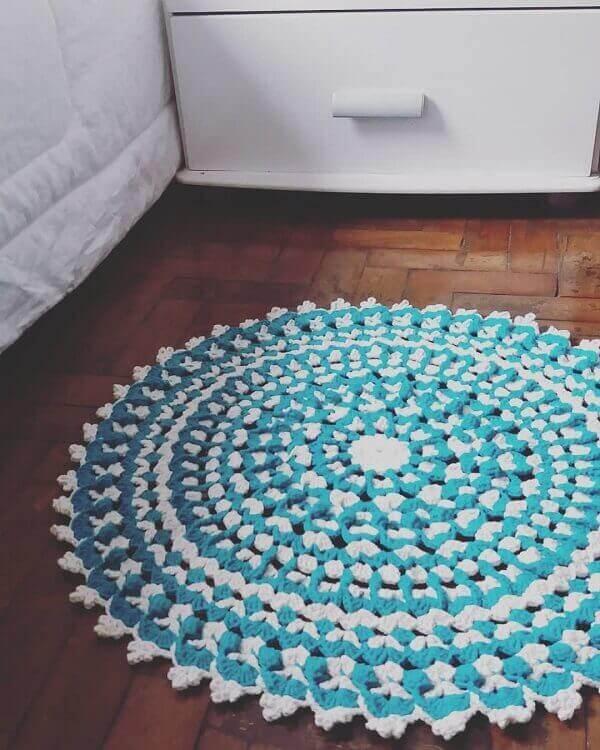 Tapete de crochê redondo em quarto