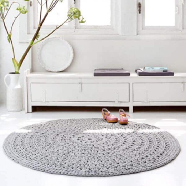 Tapete de crochê redondo em sala moderna