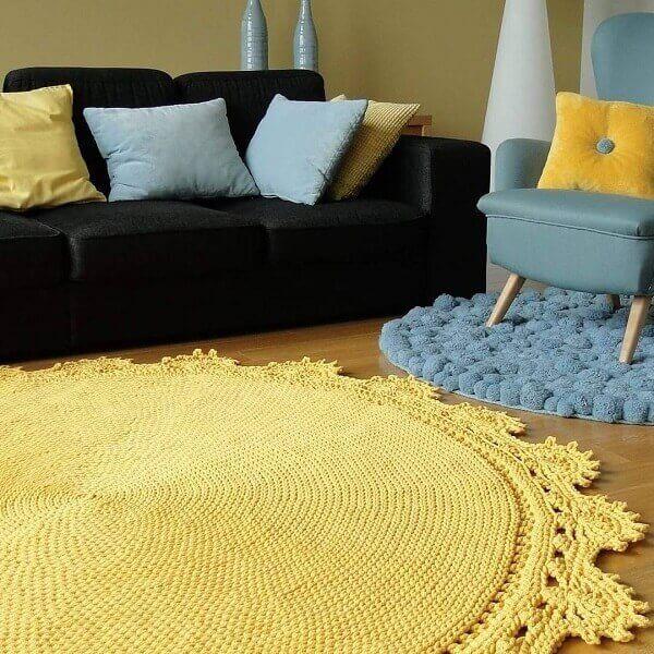 Tapete de crochê redondo na cor amarela