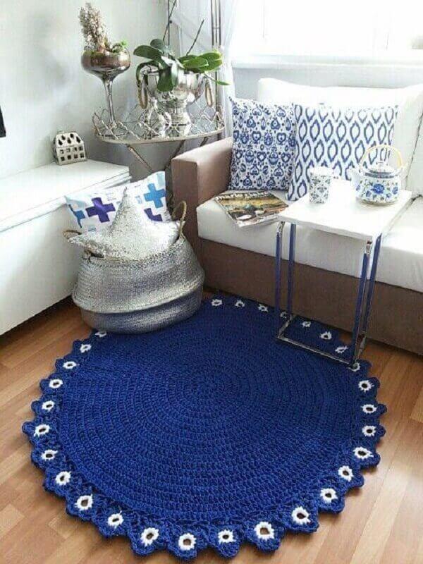 Tapete de crochê redondo na cor azul escuro