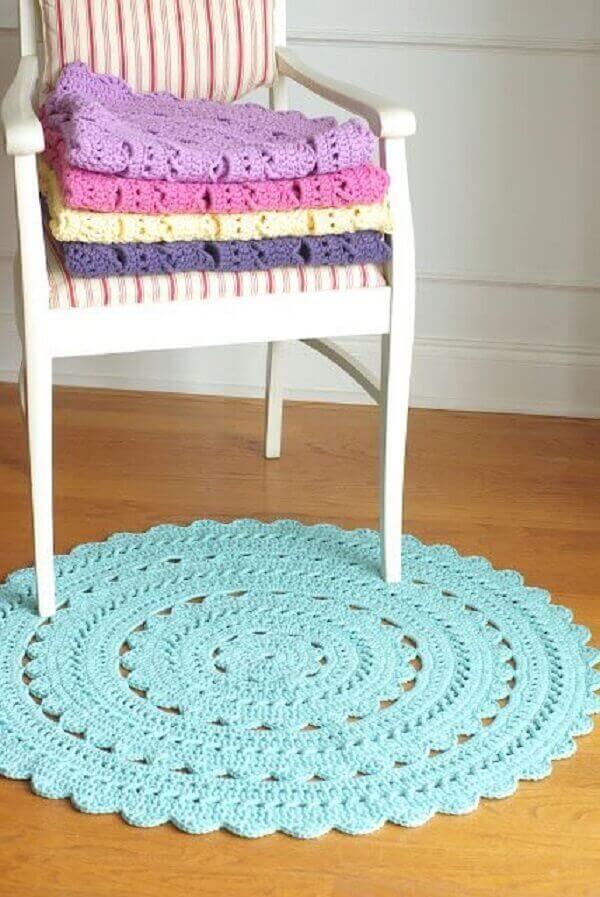 Tapete de crochê redondo na cor azul