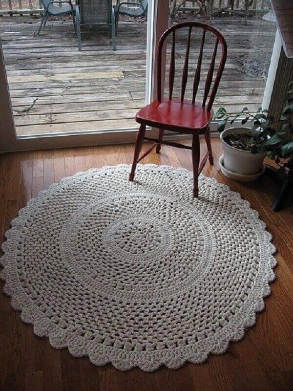 Tapete de crochê redondo na cor branca para sala
