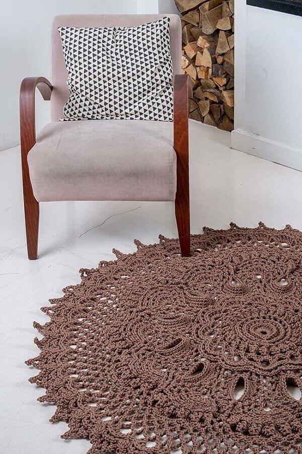 Tapete de crochê redondo na cor marrom